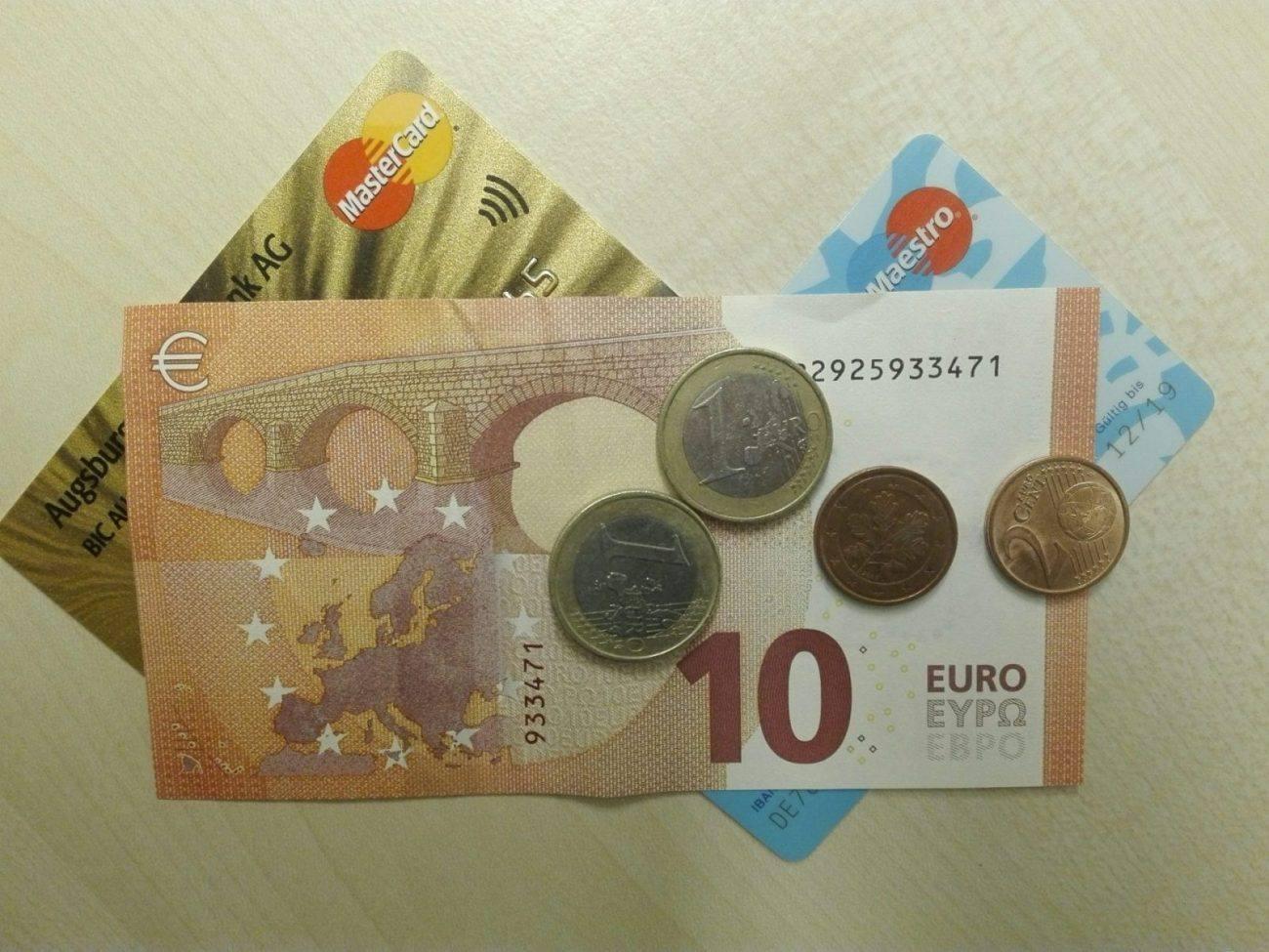 foto von Bargeld und Geldkarten