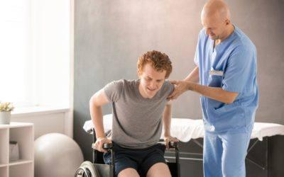 mature clinician in uniform helping young man in p MEUBZH2 min scaled 400x250 - Krankenversicherung-Berufsunfähigkeitsversicherung-Leipzig-Sachsen